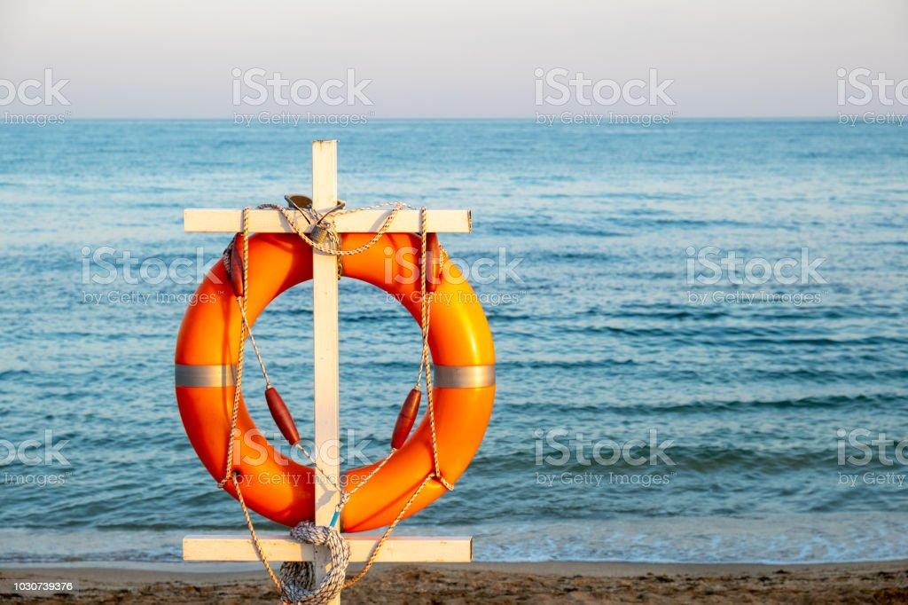 Ständer mit am strand Außenborder am