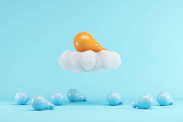 Orange Glühbirne schwebend mit Wolke über blauen Glühbirnen auf blauem Hintergrund. minimalen kreativen Ideenkonzept. 3D-Rendern. – Foto