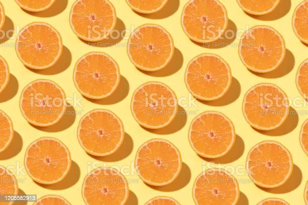 Photo libre de droit de Modèle Orange Sur Le Fond Jaune banque d'images et plus d'images libres de droit de Abstrait