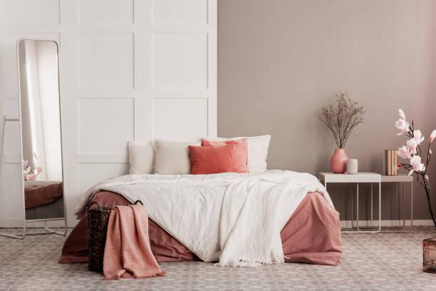 Orange Kissen auf weißen Kingsize-Bett in modischen Schlafzimmer – Foto