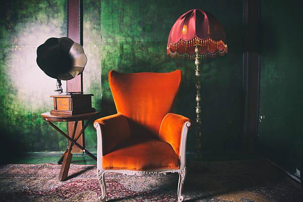 orange platz mit grammofon und lampenschirm - teppich englisch stock-fotos und bilder