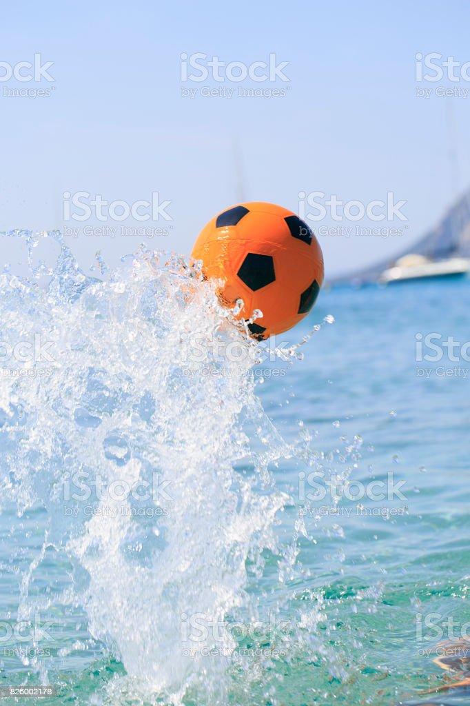 70b12f286 Foto de Bola De Futebol Laranja Chapinhar Na Água e mais fotos de ...