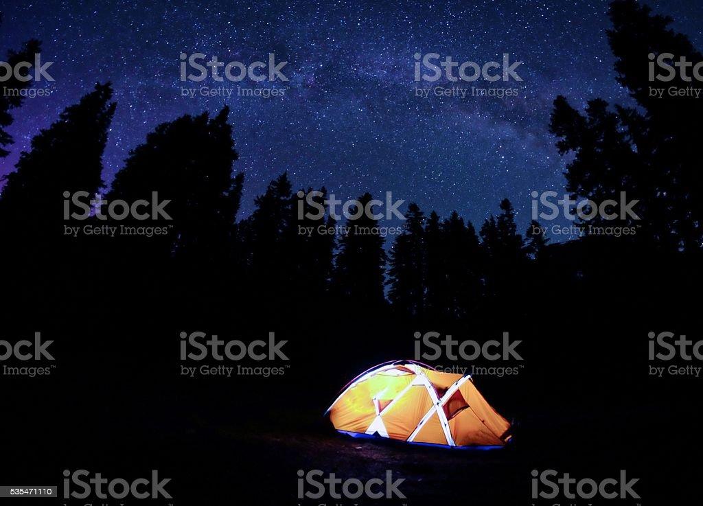 Orange Zelt unter Milchstraße bei Nacht. – Foto