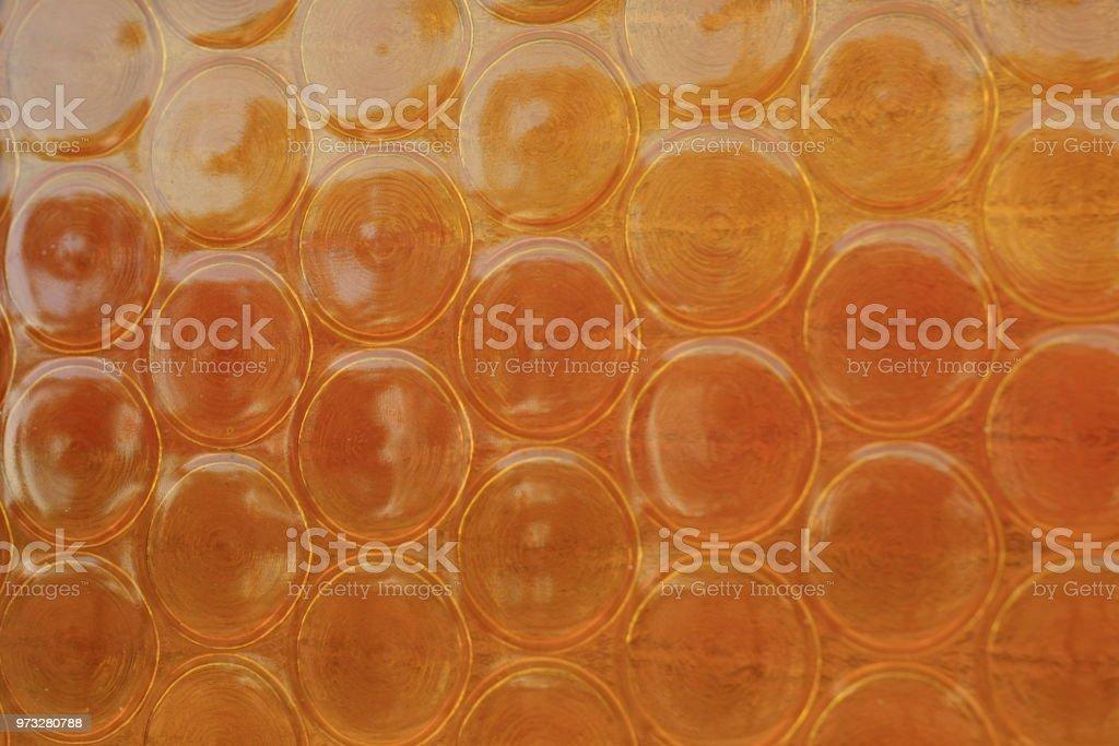 Oranje getextureerde s design glazen ramen in een oud huis in
