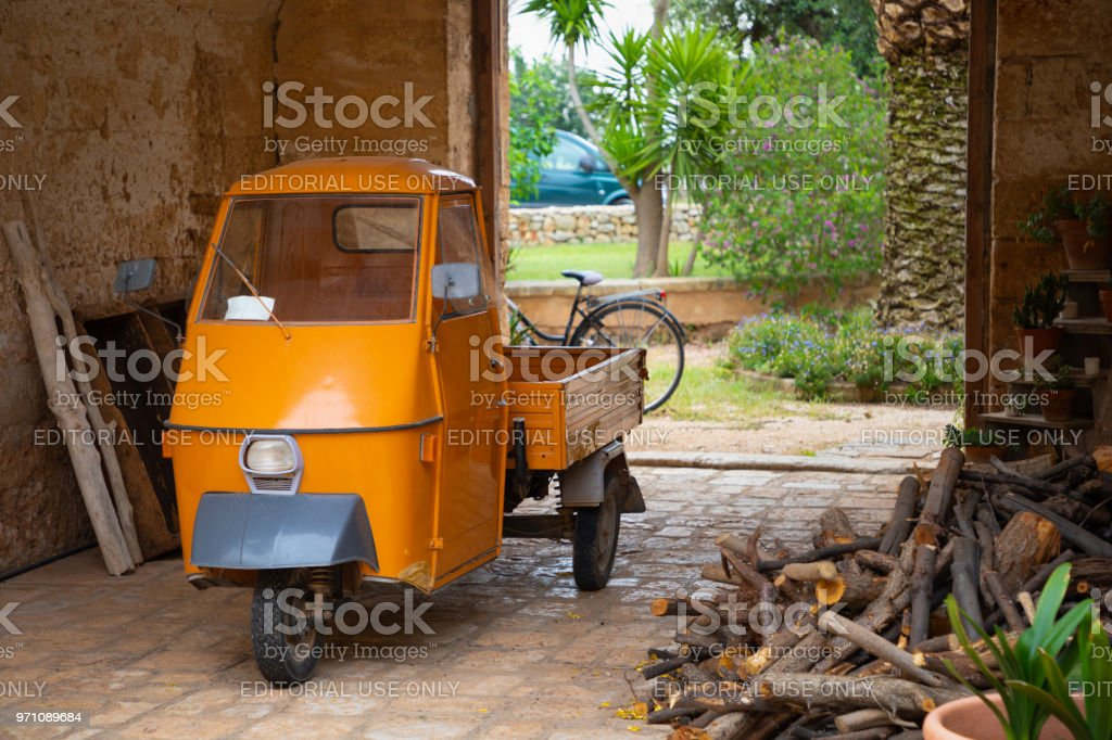 Orange three wheels car used for transporting - foto stock