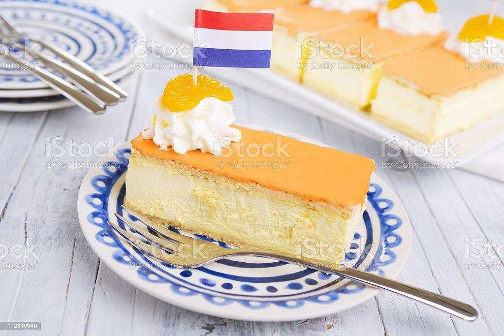 Orange tompouce, neerlandés pastelería, en un ambiente rústico tabla - foto de stock