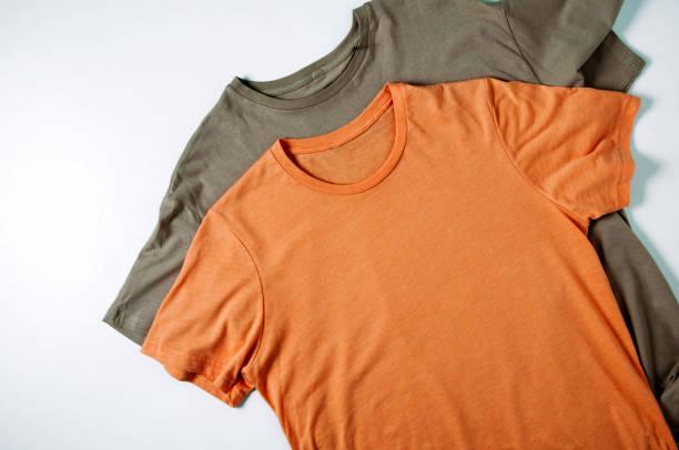 orangefarbenes t-shirt auf blasser basis. vorlage für text oder design - vogue muster stock-fotos und bilder