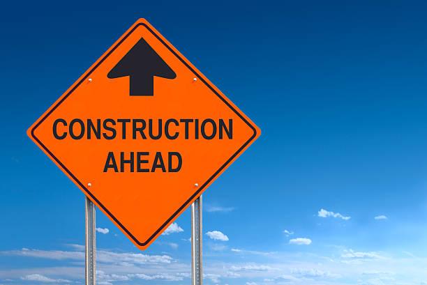 Orange Warnung Konstruktion Voraus Nachricht Straßenschild über Blauer Himmel, – Foto