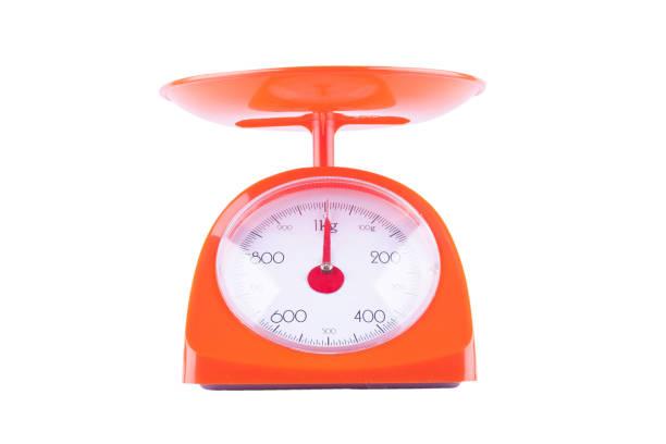 Waagen mit Pan und Zifferblatt auf weißem Hintergrund Küche Ausstattung Objekt isoliert Orange – Foto