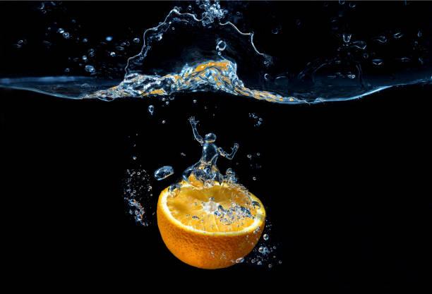 Orange mit Frischwasserspritzer mit Mensch-Wasserfigur – Foto