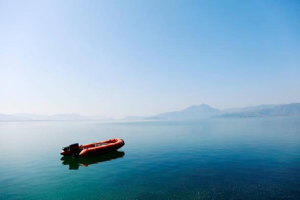 orange zodiac båt - livbåt bildbanksfoton och bilder