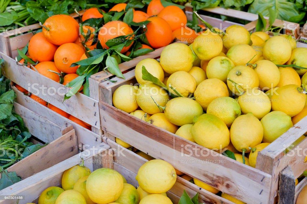 Orangen und Zitronen in Holzkisten – Foto