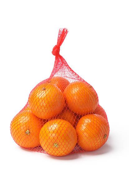 oranges in plastic mesh sack - gaas stockfoto's en -beelden