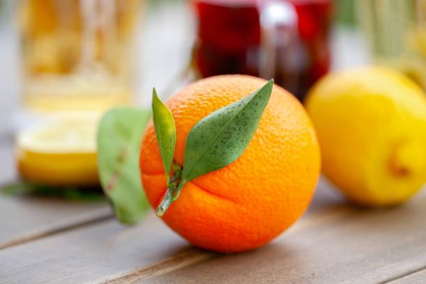 Orangen auf Holzhintergrund – Foto