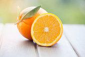 木製の背景にオレンジ