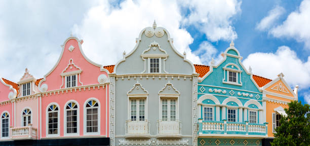 oranjestad centrum panorama - aruba stockfoto's en -beelden
