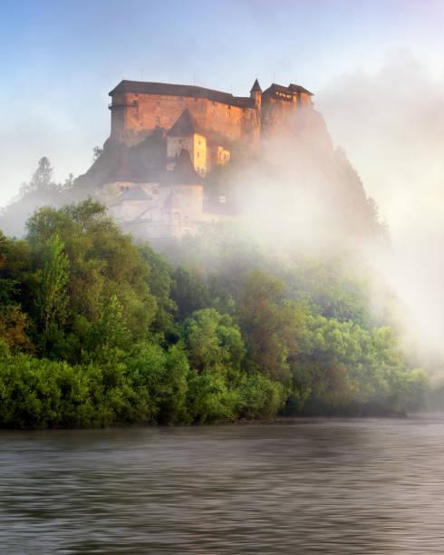 Oravsky Hrad et rivière Orava dans la brume matinale, Slovaquie - Photo