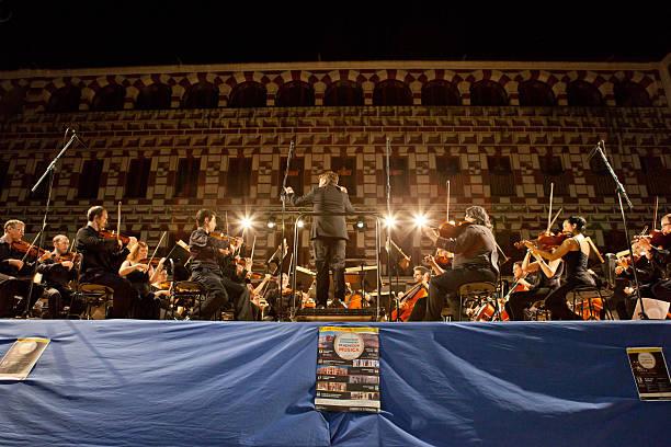 orchester am plaza alta, spanien - philharmonie stock-fotos und bilder