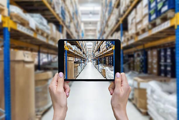 ordering on-line from a new distribution warehouse - tablet mit displayinhalt stock-fotos und bilder