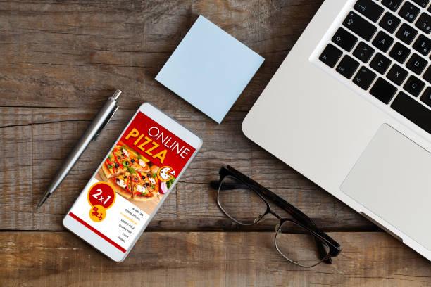 bestellen pizza per handy bei der arbeit. - brille bestellen stock-fotos und bilder