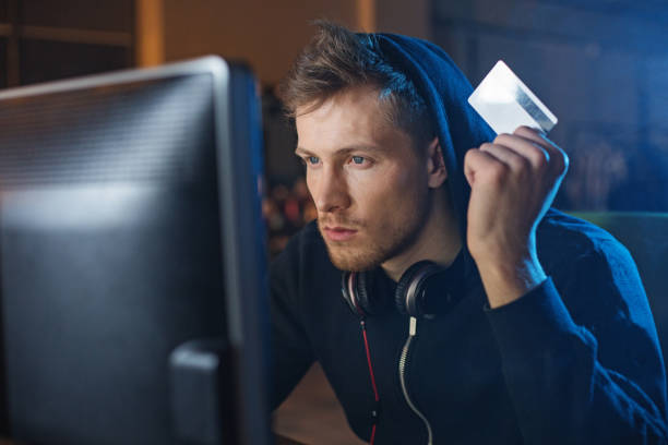 geordnete hacker stehlen plastikgeld - piratenzimmer themen stock-fotos und bilder