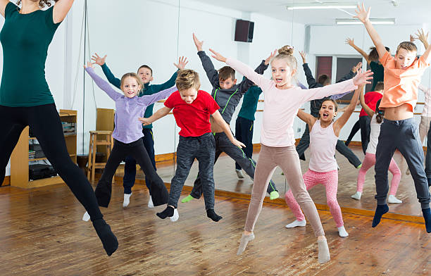 ordinary boys and girls studying contemp dance - tipo di danza foto e immagini stock