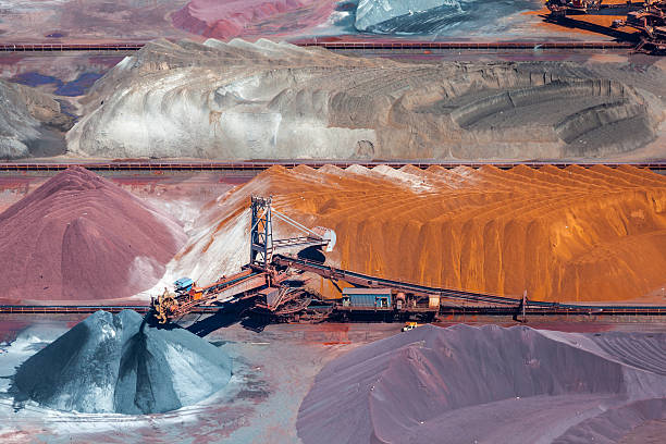 ruda i taśma przenośnika widok z lotu ptaka - minerał zdjęcia i obrazy z banku zdjęć