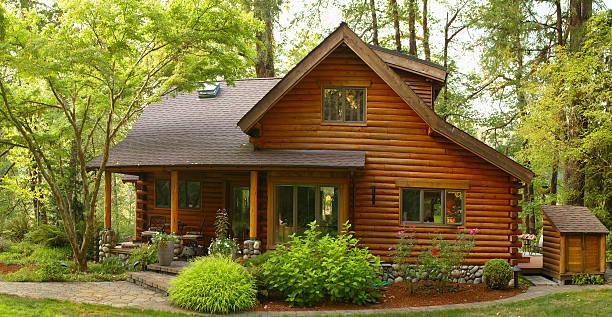 oregon forest modern log cabin - kır evi stok fotoğraflar ve resimler
