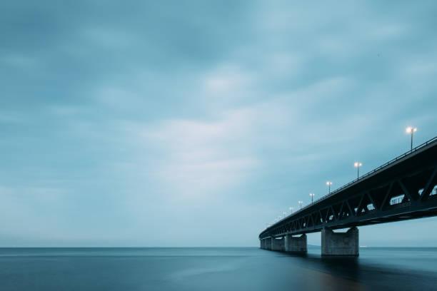 öresundsbron i skymningen - öresund bildbanksfoton och bilder