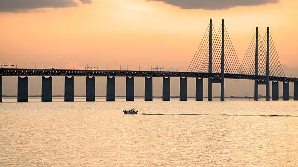 oresund bridge at dusk - öresundsregionen bildbanksfoton och bilder