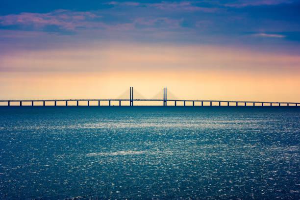 öresundsbron mellan köpenhamn och malmö - öresund bildbanksfoton och bilder
