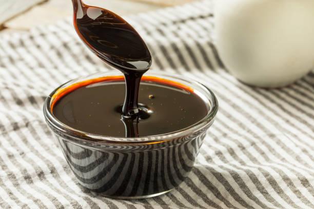 organic black cane sugar molasses - xarope imagens e fotografias de stock