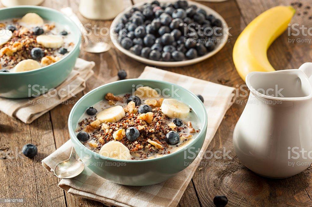 Bio-Frühstück und Quinoa mit Nüssen – Foto