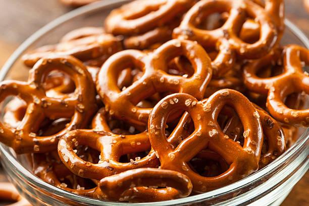 organic brown mini pretzels with salt - 椒鹽蝴蝶圈 個照片及圖片檔