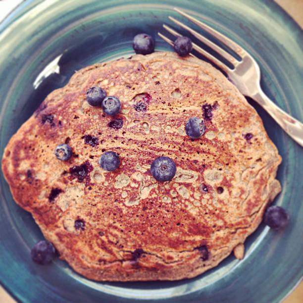 blaubeer-pfannkuchen aus buchweizen - buchweizenpfannkuchen stock-fotos und bilder