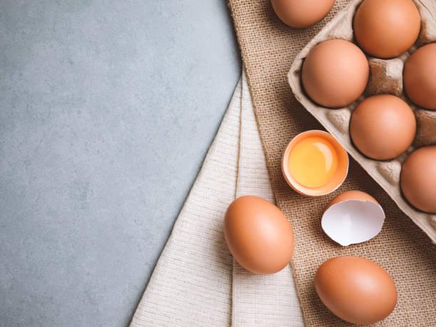 biologische kip eieren voedselingrediënten concept - chicken bird in box stockfoto's en -beelden
