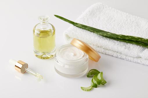 Biocreme Und Parfüm Pipette Handtuch Und Aloe Vera Scheiben Und Blatt Auf Weiße Fläche Stockfoto und mehr Bilder von Aloe