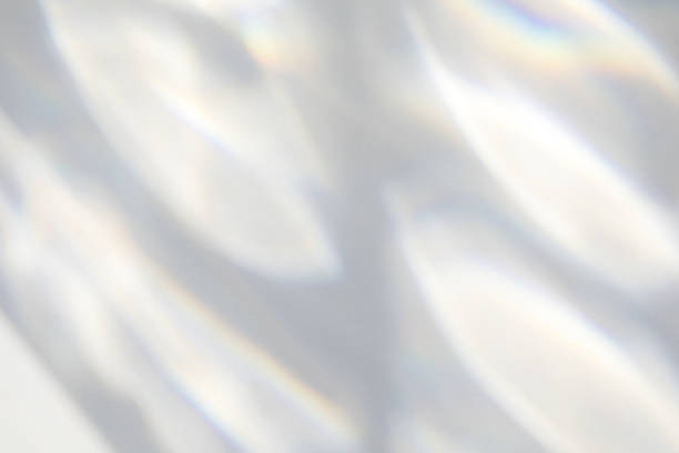 organische slagschaduw op een witte muur - lichtbreking stockfoto's en -beelden