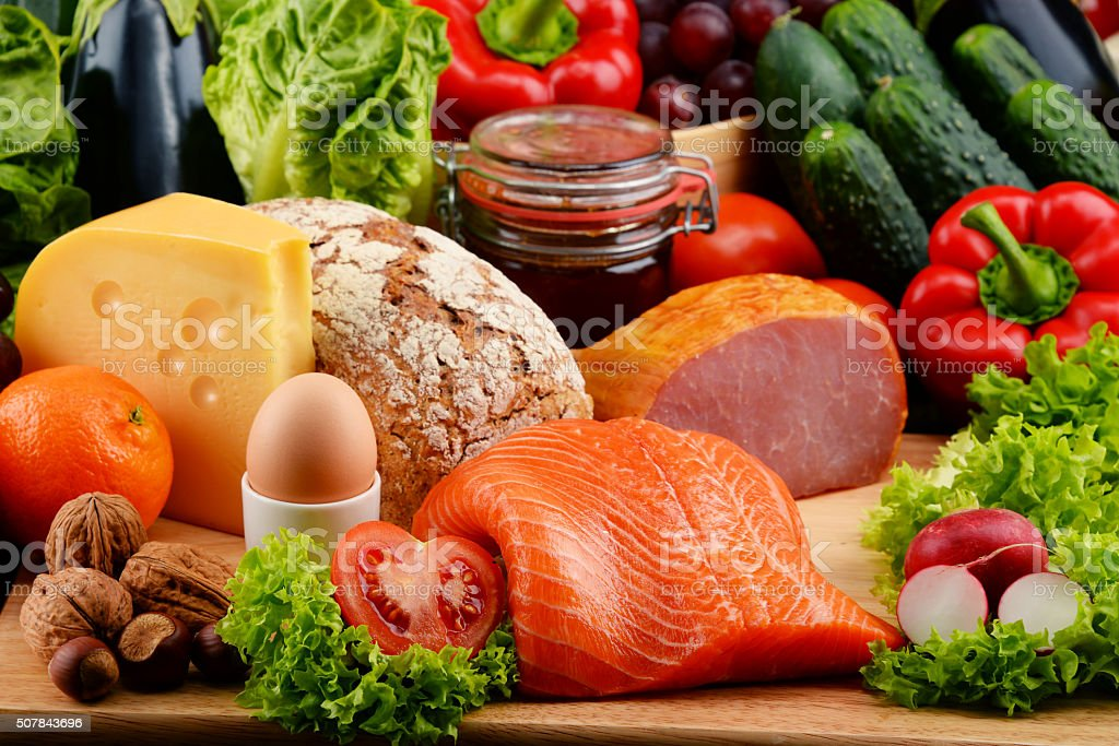 Alimentos orgánicos como productos lácteos verduras frutas carne y pan - foto de stock