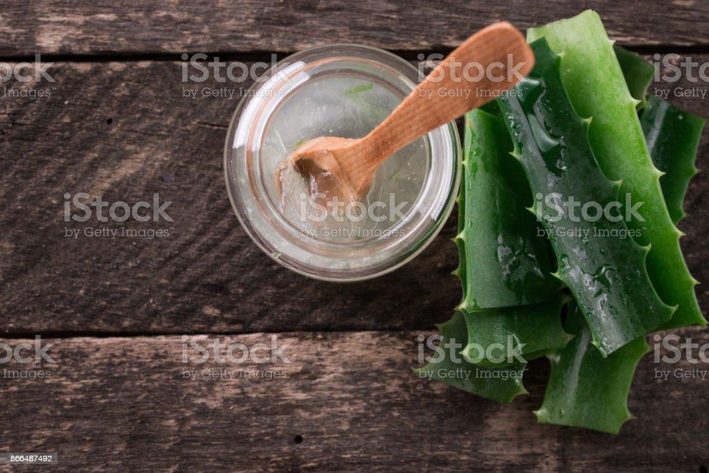 Gel de Aloe Vera orgánico fresco con Aloe Vera sobre fondo de madera, hierba versátil. - foto de stock