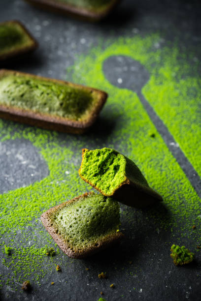 organic green matcha tea - grüntee kuchen stock-fotos und bilder