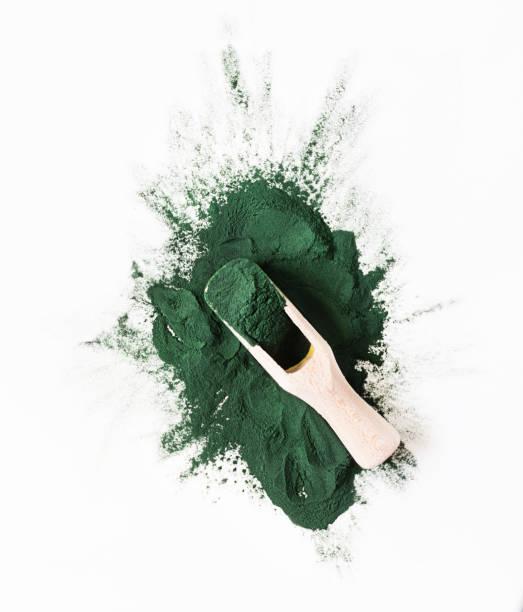 ekologisk grön spirulina pulver toppvy på vit bakgrund. super livsmedel, kosttillskott källa till protein och betakaroten. - spirulinabakterie bildbanksfoton och bilder