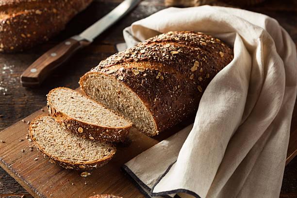 caseras pan de trigo entero orgánicos - pan multicereales fotografías e imágenes de stock