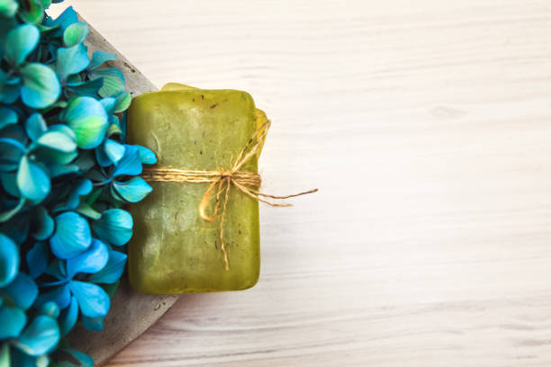 bio-olivenöl-seife und hortensie - badezimmer rustikal stock-fotos und bilder