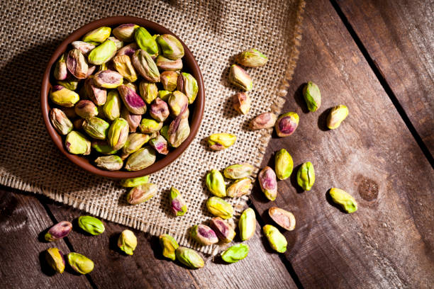 Bodegón de pistachos ecológicos - foto de stock