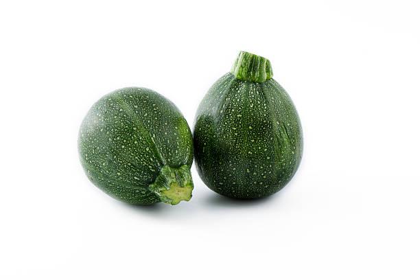 bio-runde grünen zucchini zucchini, isoliert background - gefüllte zucchini vegetarisch stock-fotos und bilder