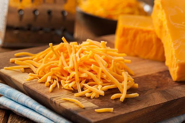 organic shredded sharp cheddar cheese - 切碎的 食物狀況 個照片及圖片檔