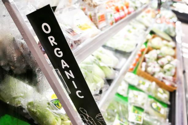 Bio Beschilderung bei Obst und Gemüse Abschnitt des Supermarktes – Foto