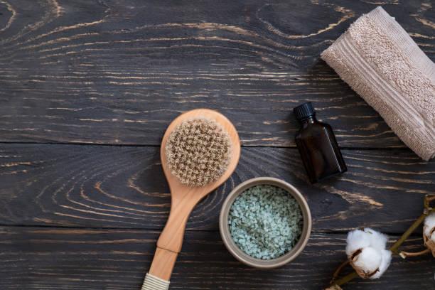 bio-spa kosmetik auf stein hintergrund - peeling bürste stock-fotos und bilder