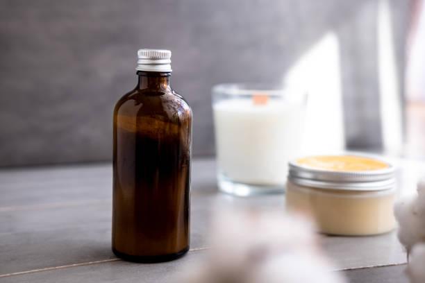 bio-spa-kosmetik in braunen glasflaschen - glaswaschtisch stock-fotos und bilder